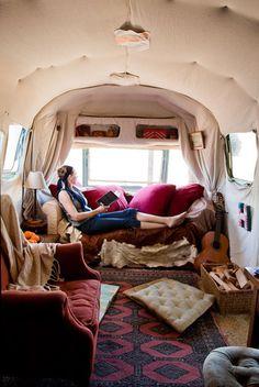 Nos encanta esta decoración relajada y confortable para una caravana. #Esmadeco