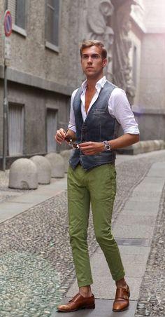 Greenery é a Cor de 2017, o Verde Musgo misturado com amarelo aparece em alta na Moda Masculina e para a Roupa de Homem. Macho Moda - Blog de Moda Masculina: Greenery é a Cor de 2017 - Tons de Verde em alta no Visual Masculino, colete jeans, calça verde, sapato monk strap marrom