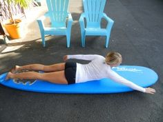 When learning how to surf, knowing how to correctly paddle on a surfboard is essential to catching lots of waves. Here are some good surfboard paddling tips Surfing Videos, Surfing Tips, Water Surfing, Best Surfboards, Professional Surfers, Surf Gear, Hawaii Surf, Point Break, Learn To Surf