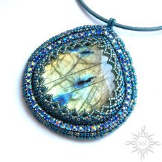 Bead Embroidery Jewelry, Beaded Embroidery, Beaded Necklace Patterns, Labradorite Jewelry, Lesage, Jewelry Making, Brick Stitch, Bead Weaving, Simple Designs
