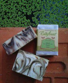 Sabun berbahan cacao ini membantu mengurangi kelebihan minyak di wajah, mengurangi bekas jerawat, menyamarkan bekas luka, selulit, dan stretch mark.
