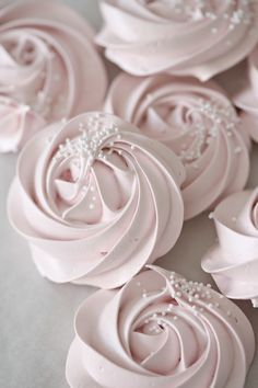 How to make meringue roses Rose Meringue Cookies, Baked Meringue, Meringue Cookie Recipe, Meringue Pavlova, Meringue Desserts, Rose Cookies, Just Desserts, Chip Cookies, Vegan Meringue
