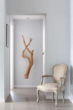 Idee voor de gang. Een tak als natuurlijk element in de hal, opgehangen aan plafond: inspirerend! Interieurontwerp Remy Meijers