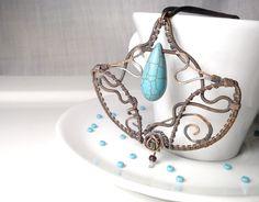 Howlit,  drôtený, tepaný a patinovaný medený šperk, drôtikovaný prívesok s minerálom, šperky s kameňom, blog od Zirnitra so špekami z minerálov.