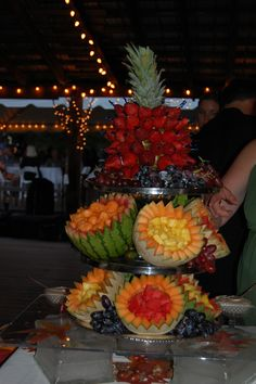 fruit displays for parties Fruit Centerpieces, Fruit Decorations, Edible Arrangements, Food Decoration, Party Platters, Party Trays, Food Platters, Party Snacks, Party Buffet