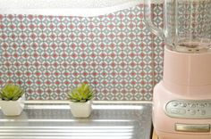 Zo kan het ook: de vloertegels gebruikt als muurtegel - keukenachterwand van vinyl! Bron: http://vanessapouzet.canalblog.com/archives/2013/01/17/26178271.html