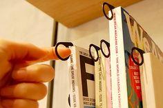 本好きの悩みをおしゃれに解決するフック | インテリア・住宅 | All About Tips+  (via http://allabout.co.jp/tipsplus/tips/detail/2991/ )