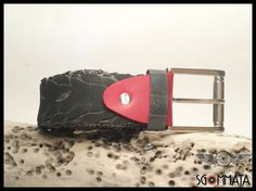 Cintura fatta a mano con copertone di bici nero // fibbia acciaio lucido // reggi fibbia pelle colore rosso // made in italy //  art. 036