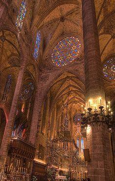 3. Gotiek laatste fase / Spanje: De wanden en pilaren zijn in de Cathedral de Palma de Mallorca, zo fragiel mogelijk uitgevoerd
