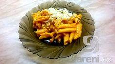 Jednoduchý recept na přípravu penne se slaninou, rajčaty a bylinkami. Rychlé a velice chutné italské jídlo. Vyzkoušejte i vy!