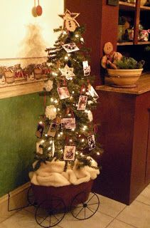 The Primitive Country Bug: Vintage Christmas A memory tree covered with photos of those you love and miss!
