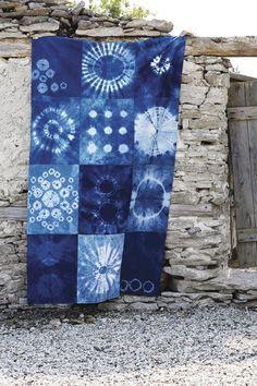 Shibori ist der Name für eine beeindruckende japanische Batik-Technik, bei der Stoffe vor dem Färben in leuchtendem Indigoblau kunstvoll abgedeckt und geschnürt werden. Das älteste bekannte Stück, das mit der Shibori-Technik hergestellt wurde, stammt aus dem siebten Jahrhundert