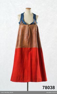 Livkjol, s.k. päls eller skinnklocka. Röd kjol, där övre halvan består av brunrött saffianskinn med täta rynkor i midjan, nedre halvan av högröd vadmal, våder med goffrerade veck, framtill helt slät, hela kjolen fodrad med oblekt linnelärft och den är mycket tung. 23 cm sprund mitt fram. Infälld ficka i skinndelen på höger sida. Det korta livstycket är av halvsiden, botten brun-och grönrandig bomullssatin med invävt mönster av flotterande silketrådar i rosa och grönt. 2 framstycken med d… Winter Wear, Apron, Silk, Summer Dresses, People, Folklore, Sweden, Outfits, Fashion