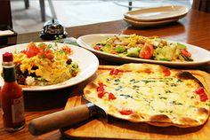 薄目の生地にチーズたっぷりのピザと豚トロがアクセントのサラダ、本格的な味付けのタコライスに大満足間違いなし!