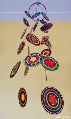 Fröhliches Handy aus geschmolzenen Plastikbecher! | plasticbekerssmelten | windgongknutselen | mobileshandwerk | De Knutseljuf Ede ✂️ Crafts To Do, Crafts For Kids, Diy Crafts, Plastic Cup Crafts, Plastic Cups, Easy Art Projects, Projects To Try, Cinta Washi, Diy Wind Chimes