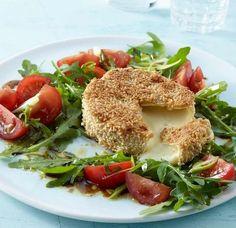 Knusper-Camembert und Tomaten-Rauke-Salat: Mit frischem Salat serviert, in knackiger Sesamhülle gebacken - zum Dahinschmelzen!