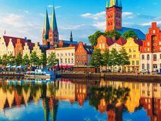 Das Holstentor in Lübeck ist neben dem Brandenburger Tor und dem Kölner Dom das bekannteste deutsche... - scanrail / iStock