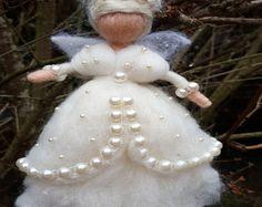 Ähnliche Artikel wie Nadel Gefilzte Fairy, Waldorf inspirierte, Wolle Fairy Pfau, Puppe Miniatur, Home Dekor, Mobile, Geschenk, Art Puppe, Filzen Pfau, handgefertigt auf Etsy