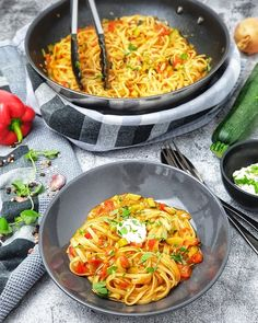One pot pasta with peppers and zucchini / a super great pan dish for quick and easy kitchens every day. One pot pasta with peppers and zucchini / a super great pan dish for quick and easy kitchens every day. Healthy Pastas, Healthy Recipes, Pepper Pasta, Zucchini Pasta, Vegan Zucchini, One Pot Pasta, Southern Recipes, How To Cook Pasta, Pasta Recipes
