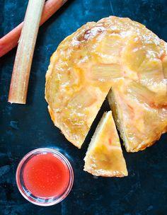 """Sirup, který zbude po uvaření rebarbory, dodá upečenému koláči ještě extra vláhu """"zvenčí""""; Greta Blumajerová"""