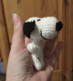 Es wird in Spiralrunden gehäkelt, ausser bei den Ohren. Diese werden in Reihen gehäkelt. Kopf In weiß: Runde 1: in den Fadenring 6 fM Runde 2: 6 zun = 12 Runde 3: (2 fM 1 zun) x 4 = 16 Runde 4: (3 fM 1 zun) x 4 = Hello Kitty, Alphabet, Crochet, Fictional Characters, Art, Blog, Crochet Fox, Cat Crochet, Dog Crochet