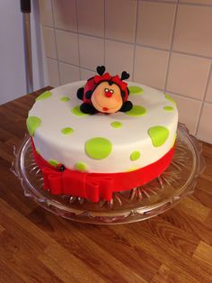 Ladybug cake - designed and executed by Silvia Ramsvik www.silviaramsvik.com Sugar Paste, Novelty Cakes, Ladybug, Fondant, Desserts, Food, Lady Bug, Sugar Pie, Fondant Icing