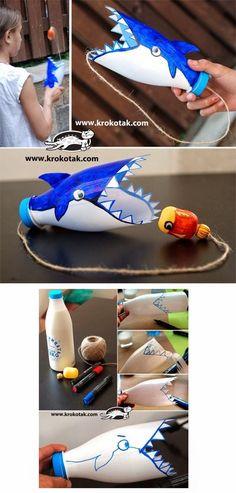 Recicla una botella de plástico y haz este juego para niños. Aunque con las imágenes creo que es suficiente os dejo el enlace: http://krokotak.com/2014/06/empty-plastic-bottles-game/. . . - .