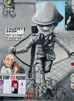 Street Art in Berlin East Side Gallery, Old School Fashion, Sidewalk Art, Best Street Art, Berlin Wall, Art For Art Sake, Street Art Graffiti, Chalk Art, Urban Art