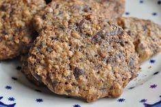Bag lækre cookies og bliv en succes i familien. Knasende sprøde cookies med hasselnødder, havregryn og rigeligt chokolade.Nemme at bage, og smager fortryllende!