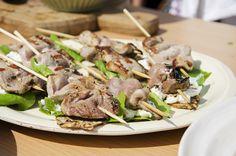 Grillspyd med svinefilet på flatbrød og ostekrem