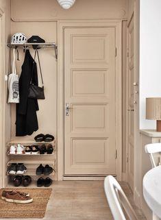 5 beautiful entrance hallway inspiration and ideas Small Entryways, Apartment Entrance, Hallway Inspiration, Home, Staircase Design, Stockholm Apartment, Diy Bedroom Decor, Home Deco, Elle Decor