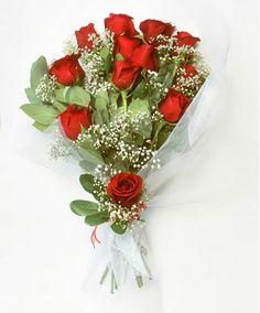 La extravagancia de las rosas es garantía de dejar grandes impresiones. Este ramo de 12 rosas acompañado de follajes decorativos, con envoltorio de tul y cinta de tela.