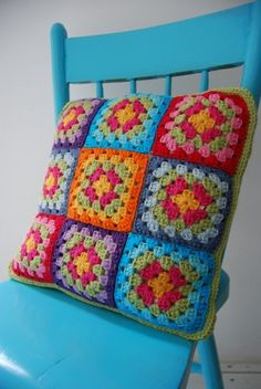 Free crochet pattern granny square pillow (pattern instructions will need to be tranlated) Granny Square Projects, Granny Square Häkelanleitung, Granny Square Crochet Pattern, Crochet Granny, Crochet Patterns, Granny Squares, Crochet Cushion Cover, Crochet Cushions, Crochet Home