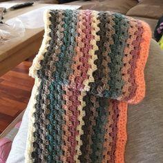 Hæklet granny stripes tæppe