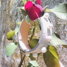 Perlas y cuero, amor seguro. #bijoux #leatherwork #leather #handmade #perl #perls #perlas #cuero #nature #rose #flora #flor #flowers #flores #naturaleza