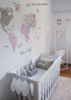 Habitación de baby Aroa con la cuna MATHS de Alondra ¡no le falta detalle! Preciosa :)
