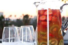 This Sparkling Strawberry Kiwi #Sangria Is Beyond Refreshing