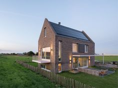 House Robert-Jan & Inge is built on a parcel almost a kilometer in length, Personal Architecture (PA) realized a new-built home with a sweeping view of the surrounding meadows and the nearby church tower. Arch House, House Roof, House Design Pictures, Modern House Design, Loft Design, Brick Architecture, Residential Architecture, Traditional Exterior, Traditional House