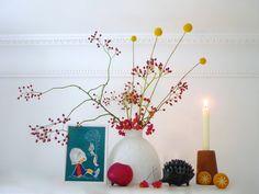 Herbsteinzug im Meisennest #einrichtung #interior #deko #dekoration #decoration #wohnen #living #tischdeko #herbst #wohnzimmer #livingroom #vase #hagebutte #kerze #candle Foto: MiMaMeise
