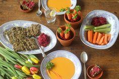 Pääsiäisen koko alkuruoka koostuu siemennäkkäristä, punajuurihummuksesta ja porkkanakookosmaitokeitosta. Gluteeniton, maidoton, sokeriton ja vege.