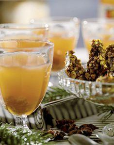 Hvid gløgg uden alkohol. 1 økologisk appelsin, 1 ½ l god ufiltreret æblemost eller saft (kan købes i delikatessebutikker), 50 g frisk ingefær, i skiver, 4 stjerneanis, 8 kardemommekapsler, 50 g store lyserosiner.  Skær appelsinen i skiver. Kog æblesaften op med krydderier og appelsinskiver.  Reducer gløggen til cirka 1 l.  Sigt den over rosinerne.  Af Anna Hedegaard Foto: Jakob Valling