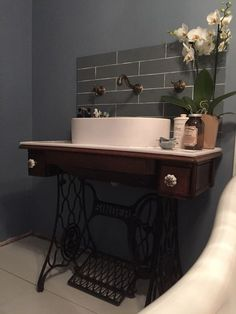 Trendy Bathroom Sink Table Old Sewing Machines Ideas Sewing Machine Tables, Old Sewing Machines, Sewing Tables, Bathroom Sink Organization, Bathroom Sinks, Bathroom Remodeling, Remodeling Ideas, Master Bathroom, Repurposed Furniture