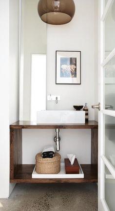 simplicidade e linhas retas; criativa a posição do espelho; gostei do lustre marrom.