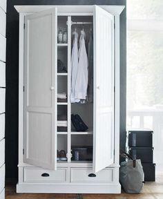 Armario blanco con estanterías y cajones
