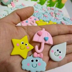 Apliques tema Chuva de Amor * * * #apliquesprafestas#biscuit#coldporcelan#prafesta#festachuvadeamor#feitoamão#handemade#rainshowerparty#docesideiasbiscuit Cute Polymer Clay, Polymer Clay Miniatures, Fimo Clay, Polymer Clay Charms, Polymer Clay Projects, Polymer Clay Creations, Clay Crafts, Diy And Crafts, Crafts For Kids