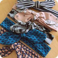 Ik maakte enkele leuke haardbandjes voor Stella, van die simpele die je kan knopen boven op het hoofd, ook wel 'Head Tie' of 'Head Wrap. Sewing Patterns For Kids, Sewing Projects For Kids, Sewing For Kids, Baby Patterns, Baby Turban, Sewing Headbands, Baby Headbands, Easy Baby Blanket, Fabric Purses