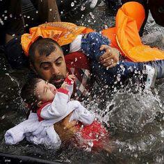 لاجئ سوري يحمل طفليه لينقذهما من الغرق... #سوريا_تنزف