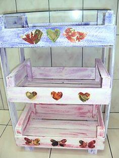 Fruteiras de andares, com caixotes de madeira