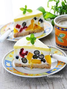 Coconut cheesecake with fruit Summer Cakes, Summer Desserts, Easy Desserts, Delicious Desserts, Yummy Food, Polish Desserts, Polish Recipes, Sweet Recipes, Cake Recipes