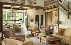 Оформление гостиной в деревянном загородном доме